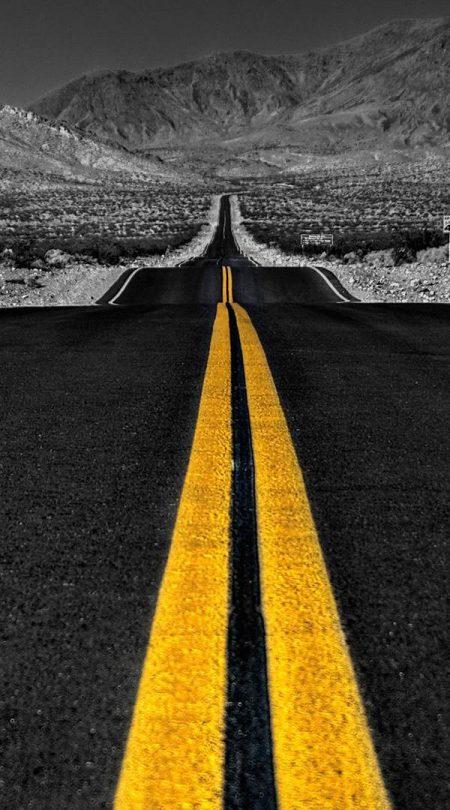 Foto de carretera tonos gris con contraste en amarillo